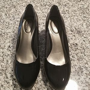 Never worn great condition women's dress shoes.
